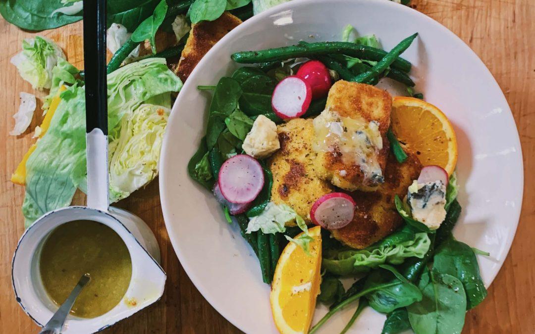 Talvinen salaatti rapealla tofulla