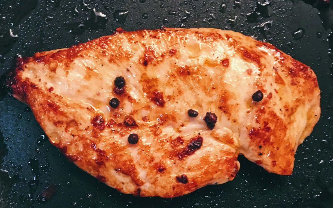 Valkosipulilla ja pippurilla maustettu marinadi kanalle