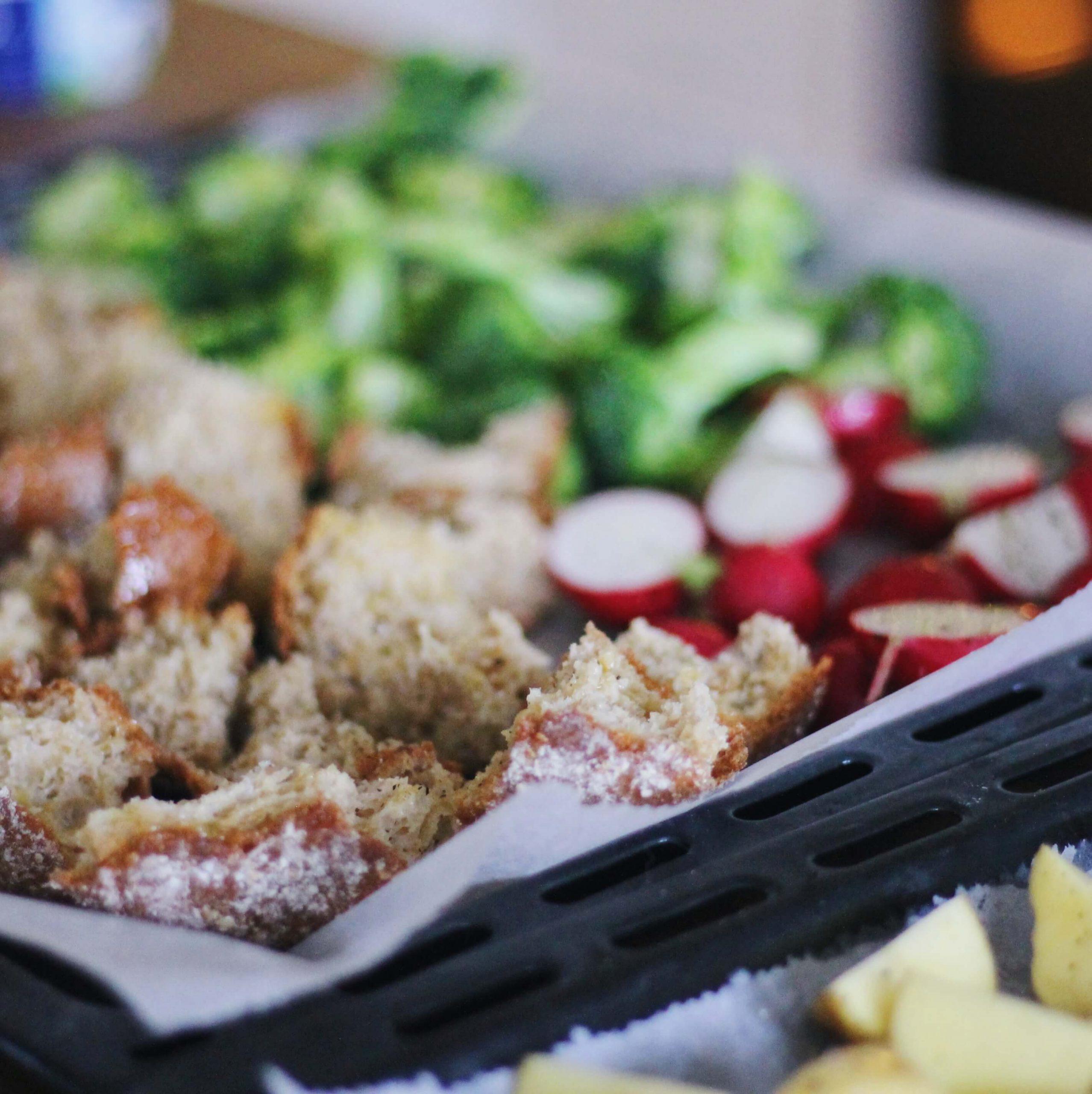 FODMAP resepti uunifetadippi, paahdetut kasvikset ja leipää